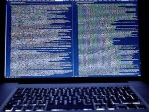 computador com códigos, representando golpes no pix