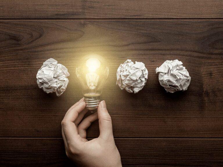 bolas de papel e lâmpada, representando habilidades profissionais