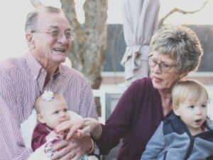 Imagem de dois avós com seus netos para representar o conteúdo sobre herdeiro