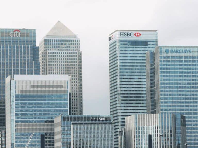 prédios de bancos, representando implementação do open banking