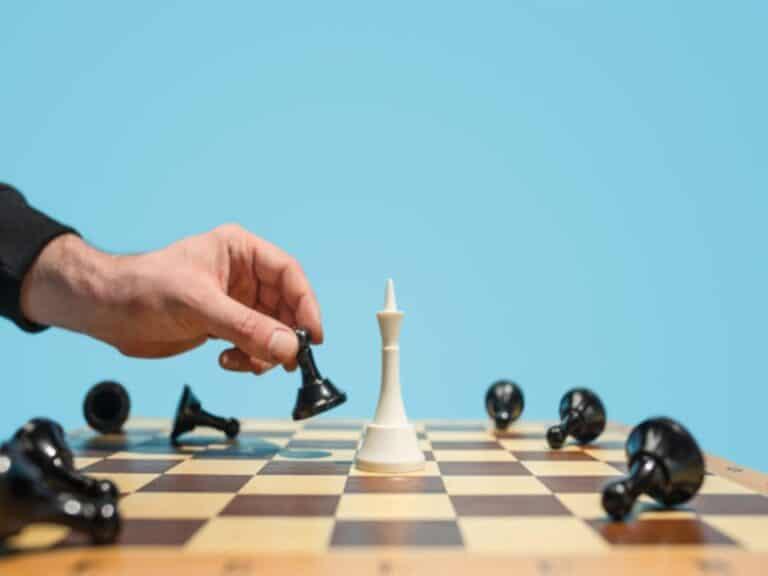 jogo de xadrez, representando Investidores do mercado de ações usam novas estratégias