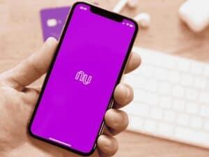 celular com logo do nubank, representando juros rotativos no nubank