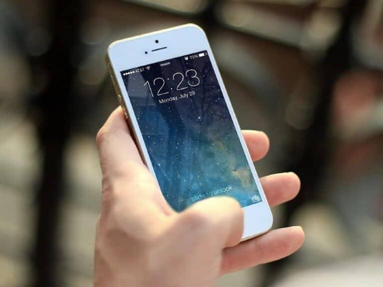 Imagem de uma pessoa acessando o celular para ler sobre o limite em transações do PIX