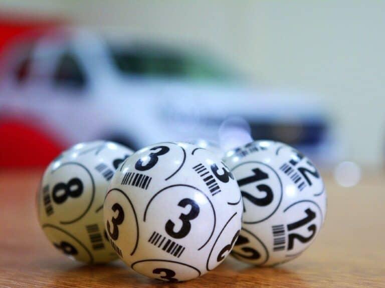 Imagem de bolas de sorteio de loteria, representando a notícia de que a Mega-Sena paga R$ 100 milhões hoje