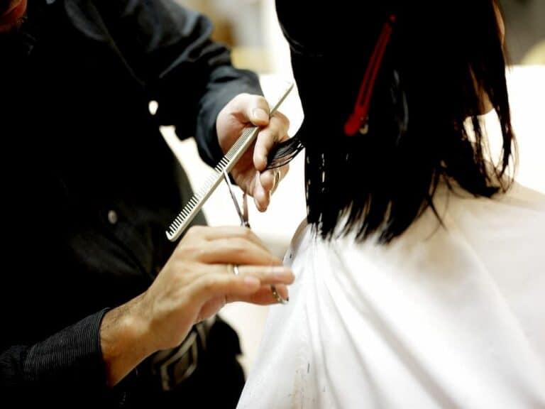 cabelereiro cortando cabelo representando microcrédito para MEIs