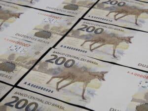 Nota de R$ 200 enfileiradas
