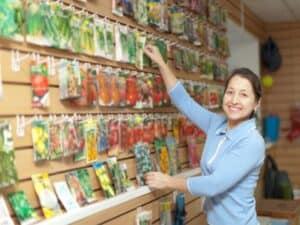 Microempreendedora arruma prateleiras do seu negócio, representando aumento do número de meis