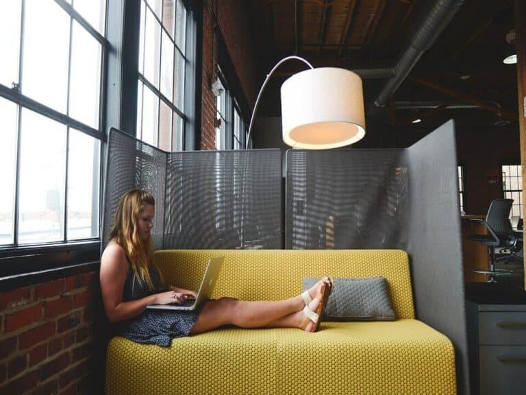 mulher com notebook, representando numero freelancers cresce