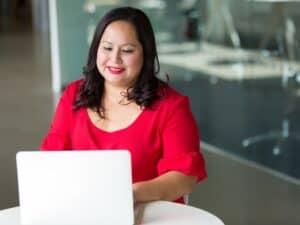 Mulher trabalhando no notebook, representando pagar o MEI
