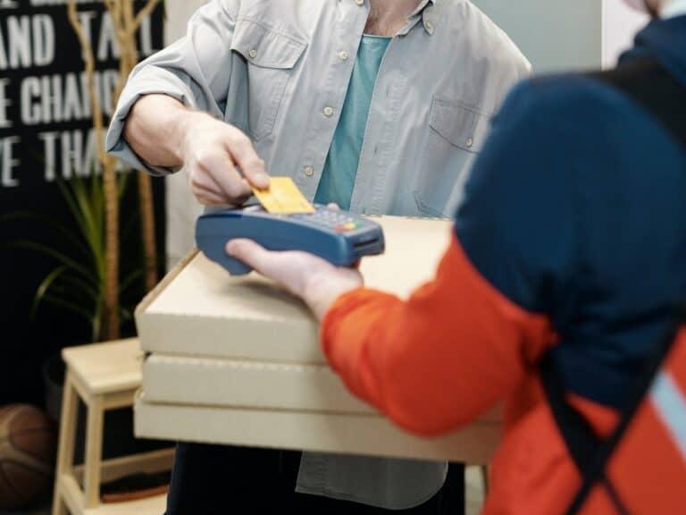 Imagem de uma pessoa fazendo um pagamento, simbolizando o conteúdo que ensina a pedir maquininha de cartão
