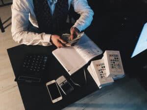 homem com celulares, representando crescimento varejo na black friday
