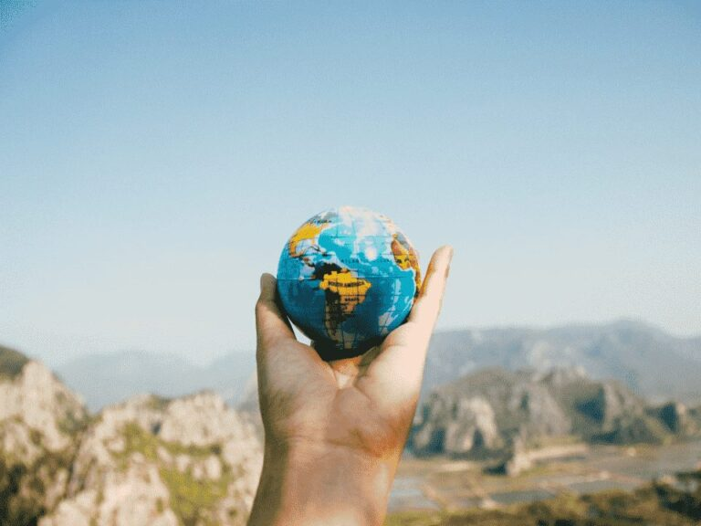 mão segurando globo terrestre, representando pix internacional