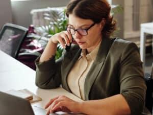 mulher no computador, representando cadastro PIX sem autorização