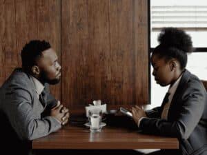 homem e mulher negros, representando produtos financeiros por negros