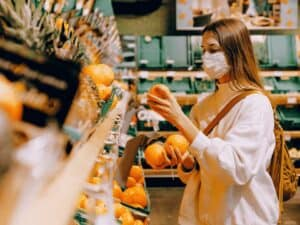 mulher no supermercado, representando promoção no guanabara