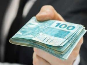 Bolo de dinheiro em mãos, representando Pronampe terá nova rodada