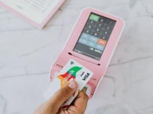 Imagem de uma pessoa fazendo pagamentos para simbolizar o conteúdo sobre qual a melhor maquininha de cartão