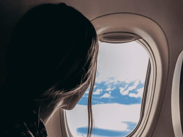 mulher em janela de avião, representando rappi travel