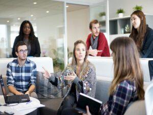funcionários em reunião representando vagas de emprego