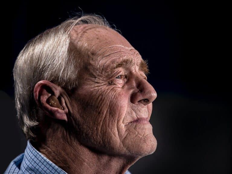 Imagem de um homem em busca de vagas de estágio sênior, oferecidas pela Unilever