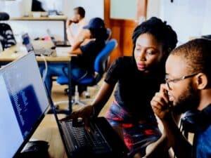 pessoas em ambiente de trabalho, representando vagas de trabalho temporário