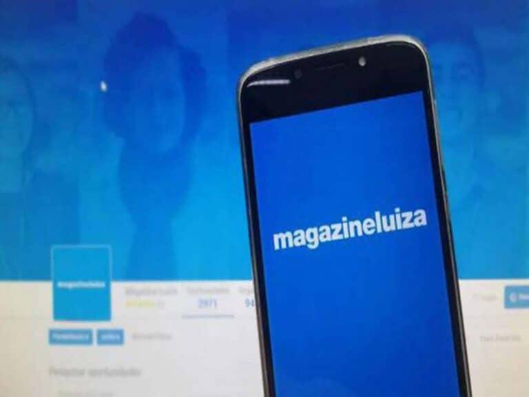 celular com logo da magazine luiza, representando integração pix magazine luiza