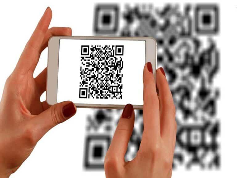 celular lendo qr code, representando pix durante a black friday