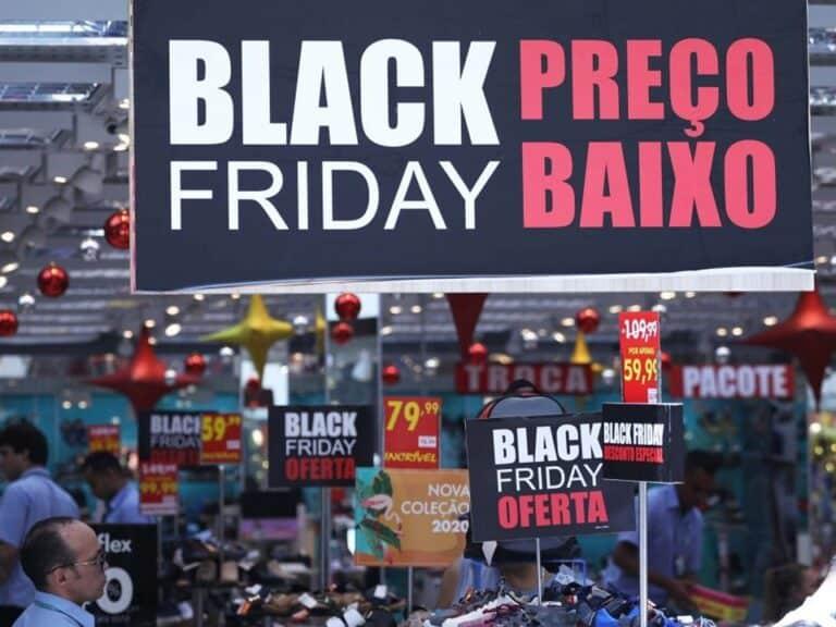 placa de propaganda da black friday, representando Aumento de preços antes da Black Friday