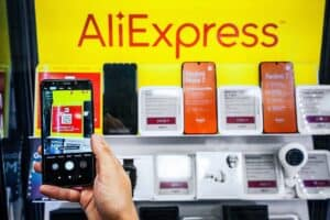 celulares com marca da aliexpress no fundo, representando Black Friday Aliexpress