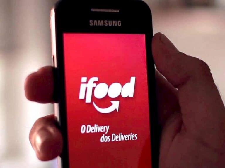 mão segurando smartphone com tela no aplicativo iFood representando Black Friday do iFood