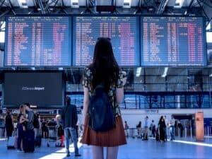 mulher de costas olhando painel em aeroporto representando Black Friday da Decolar