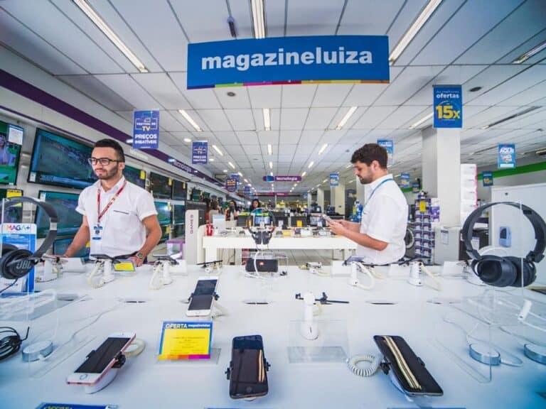 Vendedores do Magazine Luiza representando Consórcio Magalu oferece descontos