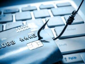 cartão de crédito violado por um gancho, representando Fraude financeira