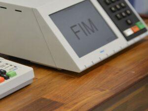 urna eletrônica escrito fim, representando Votação online