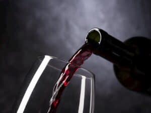 vinho sendo colocado em taça representando Wine suspende IPO