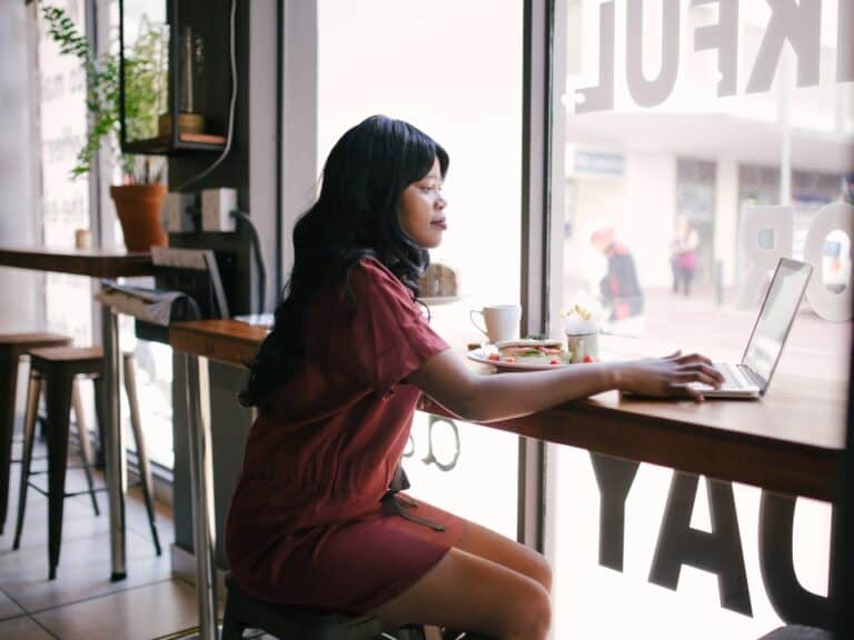 Imagem de uma mulher usando o computador para saber como abrir conta Sicoob