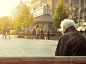 idoso em banco, representando adicional na aposentadoria do inss