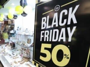 Cartaz de promoção de 50% de desconto na Black Friday, representando aproveitar a Black Friday