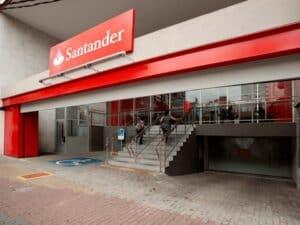 Fachada do Santander representando demissões em bancos
