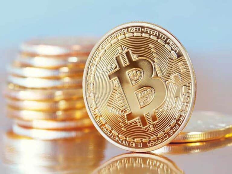 moedas douradas, representando bitcoin sofre desvalorização