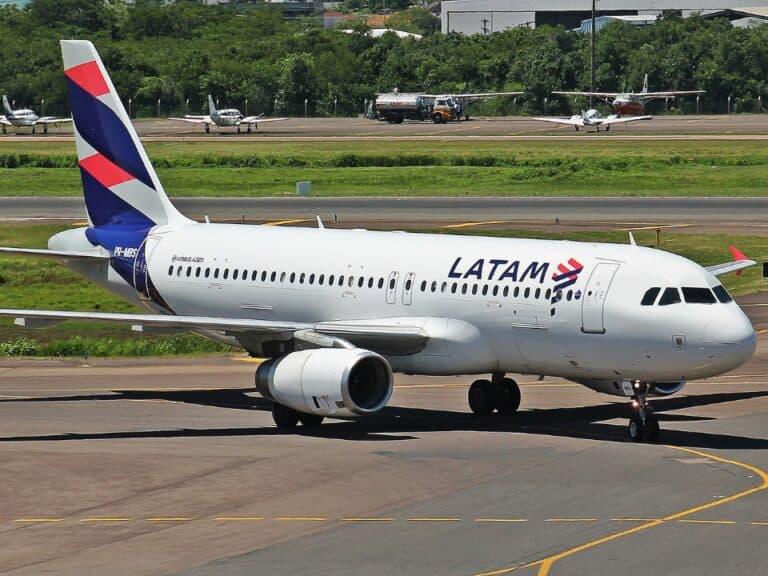 Avião da empresa, para representar a Black Friday da LATAM