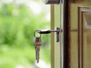 chave em porta de casa, representando black friday de crédito