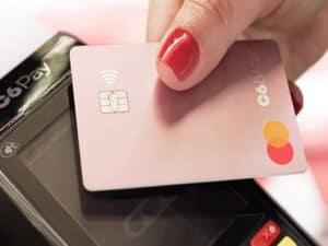 cartão c6 em maquininha, representando Pix grátis na maquininha C6 Pay
