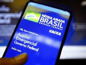 celular com aplicativo do auxílio emergencial, representando ciclo 4 janeiro e fevereiro