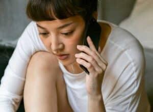 como pedir crédito emprestado na oi sendo ilustrado por uma mulher utilizando o celular
