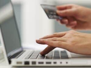 compra online via cartão de crédito, representando comprar na black friday