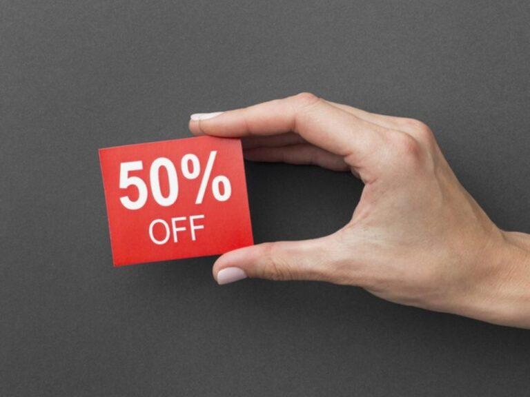 mão segurando placa com 50% off, representando nova plataforma do reclame aqui