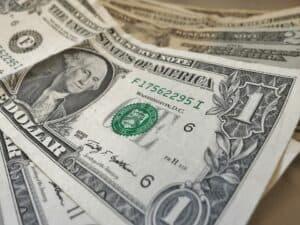notas de dólar representando conta em dólar para brasileiros