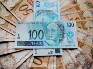 Imagem de várias notas de reais, simbolizando a descrição de pagamento