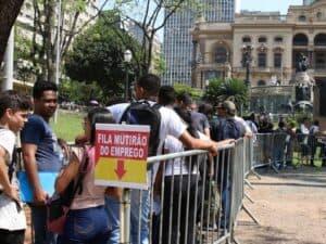 Fila do mutirão do emprego, simbolizando o desemprego no Brasil